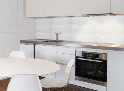 Revestimiento blanco brillo 30x90 ccg for Cocina con azulejos blancos